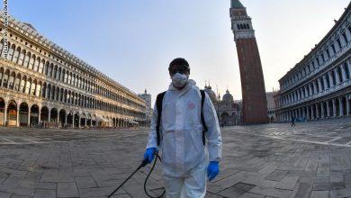 """تتصدر إيطاليا ،التي ظهر فيها فيروس كورونا قبل شهر، الدول المتضررة من هذ الوباء على صعيد العالم، إذ سجلت في اليومين الأخيرين ارتفاعا غير مسبوق في عدد الوفيات، وكانت أعلى حصيلة أحصتها أول أمس السبت بـ793 حالة وفاة، و651 ضحية امس الأحد، وهو ما يثير تساؤلات بشأن الأسباب التي أدت إلى هذا الوضع """"المأسوي"""" الأسوء في العالم. وارتفع مجموع ضحايا وباء كورنا منذ بدء تفشي هذ الوباء في البلاد إلى حدود أمس الأحد إلى 5.476 حالة وفاة، فيما بلغت حالات الإصابة 59 ألف و138 إصابة، في الوقت الذي بلغ فيه عدد الوفيات في الصين 3274 حالة وفاة والإصابات 81 ألف و93 حالة وتفيد إحصائيات رسمية أن حوالي 9 في المائة من المصابين قد توفوا في إيطاليا ، فيما تبلغ هذه النسبة نحو 4 في المائة في الصين، ليطرح السؤال حول أسباب هذا التباين في نسبة الوفيات. وبحسب المستشار العلمي لوزارة الصحة الإيطالية ، والتر ريتشاردي، فإن ارتفاع عدد ضحايا الوباء في البلاد يرجع إلى العامل الديمغرافي ، فنسبة عدد المسنين في إيطاليا ، المعرضين أكثر للوفاة بسبب الوباء ، هي الأعلى في العالم بعد اليابان، والسبب الثاني لهذا الارتفاع هو اختلاف الطريقة التي تحصي بها المستشفيات الوفيات في إيطاليا وبلدان أخرى . وقال الخبير ريتشياردي إن متوسط عمر المصابين الذين يخضعون للعلاج في المستشفيات بإيطاليا يبلغ 67 عاما، بينما يبلغ في الصين 46 عاما ، لذا فإن تقدم سن المصابين يساهم في رفع عدد الأرواح التي حصدها هذا الوباء الفتاك. وأوضح أن السبب الثاني للأعداد المرتفعة للضحايا في إيطاليا يرجع إلى أن السلطات الصحية الإيطالية تضمن الحصيلة الإجمالية للوفيات جراء وباء كورونا ، الأشخاص الذين أظهرت الفحوص إصابتهم بالفيروس غير أنهم توفوا جراء أمراض أخرى، عكس دول أخرى لا تحصي سوى الذين توفوا بسبب فيروس كورونا وحده. وأبرز تقييم للمعهد الإيطالي للصحة أن 12 في المائة فقط من الضحايا ثبت أنهم قضوا نحبهم جراء إصابتهم بفيروس كورونا ، فيما 88 في المائة من المصابين الذين ماتوا كانوا يعانون على الأقل من مرض واحد أو عدة أمراض. واعتبر خبراء أن هناك العديد من العوامل الأخرى التي قد تكون ساهمت في جعل حصيلة ضحايا كورونا بإيطاليا هي الأعلى، من ضمنها مستوى التلوث في شمال إيطاليا وبالتحديد في لومبارديا المنطقة الصناعية المعروفة بنقص جودة الهواء والتي تضم رسميا عشرة ملايين نسم"""