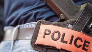 مقدم شرطة يضطر لإشهار سلاحه الوظيفي