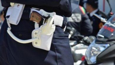 شرطي يشهر سلاحه