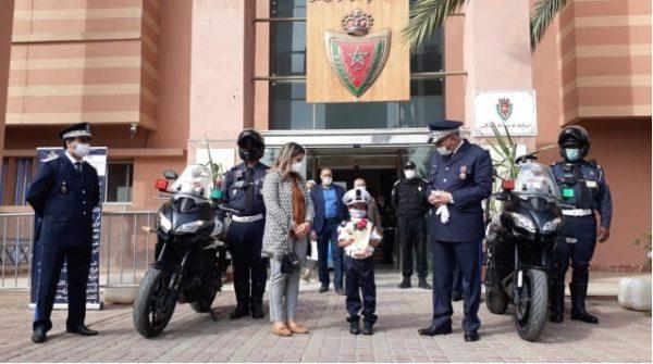 ولاية أمن مراكش تخصص استقبالا رمزيا لطفلة وتمنحها زيا وظيفيا (صور)