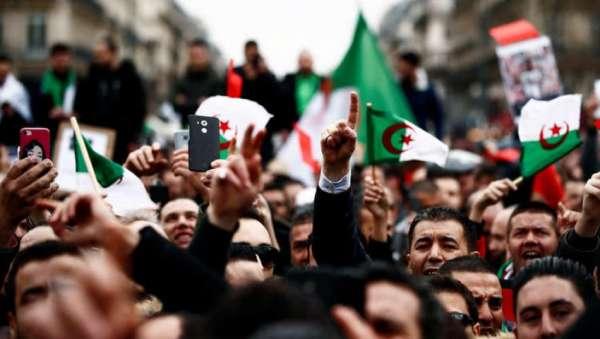 لوموند: النظام الجزائري خنق الاحتجاجات واستأنف تصرفاته السلطوية