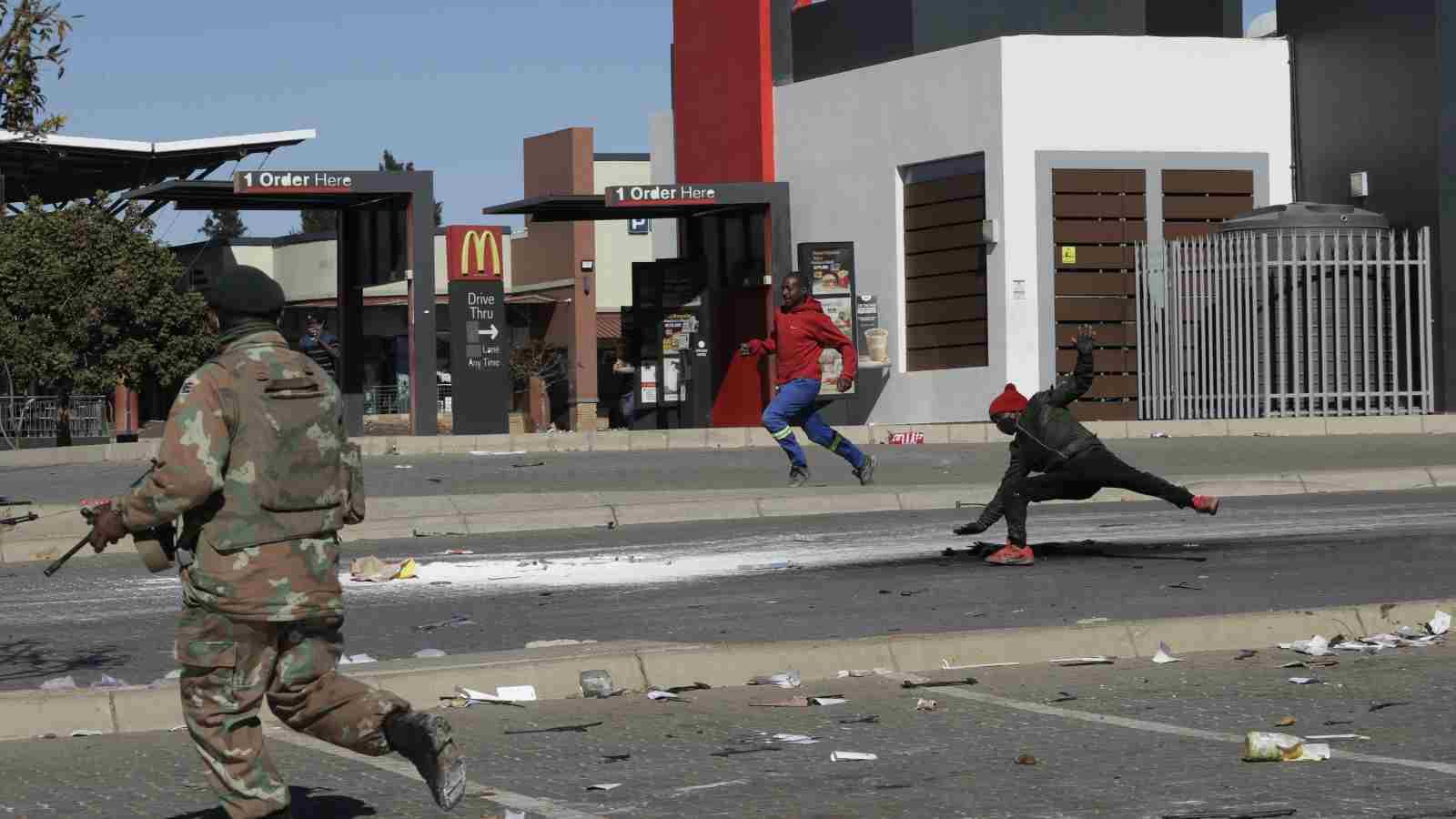 أعمال العنف في جنوب إفريقيا.. خسائر بمليارات الدولارات، وتواصل أعمال النهب