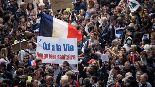 آلاف يتظاهرون في فرنسا رفضا لقيود وقائية جديدة أعلنها ماكرون